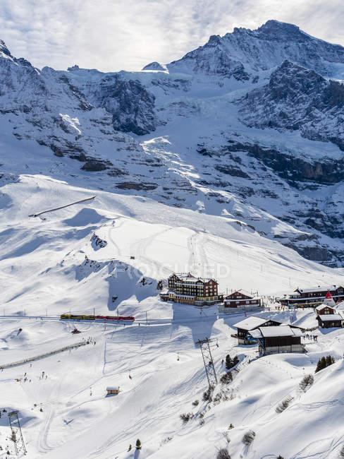 Paysage d'hiver avec vue de station de ski — Photo de stock