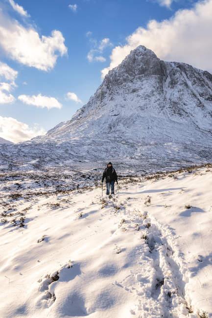 UK, Scotland, Glencoe, Buachaille Etive Mor, Female walker in the mountains — Stock Photo