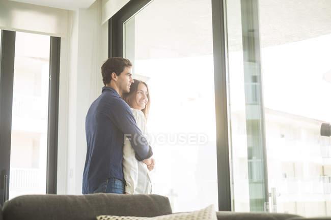 Чоловік і жінка, пригортаються вікна — стокове фото
