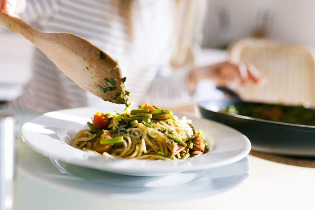 Женщина блюдо Веганские макароны — стоковое фото