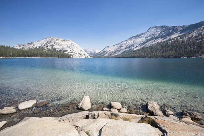 Mountain lake yosemite national park, USA — Stock Photo