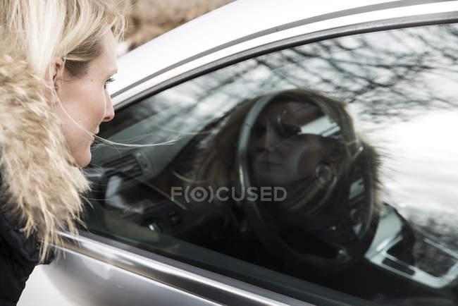 Primo piano di bionda donna cerca in auto — Foto stock