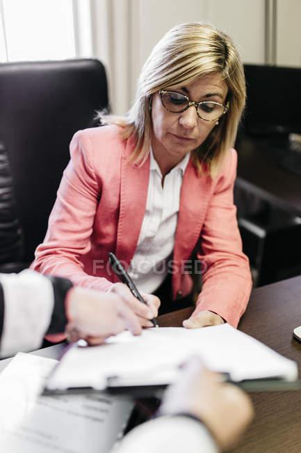 Duas mulheres de negócios trabalhando em documento no escritório — Fotografia de Stock