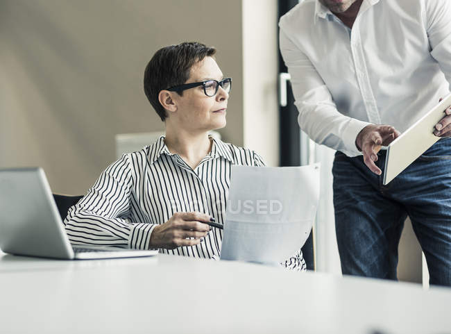 Обрізаний портрет колегам зрілі бізнес — стокове фото