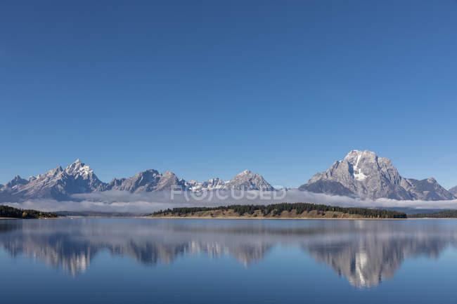 Stati Uniti, Wyoming, montagne rocciose, Teton Range, Grand Teton National Park, Lake Jackson in nebbia di mattina — Foto stock