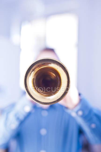 Uomo che suona il sassofono soprano — Foto stock
