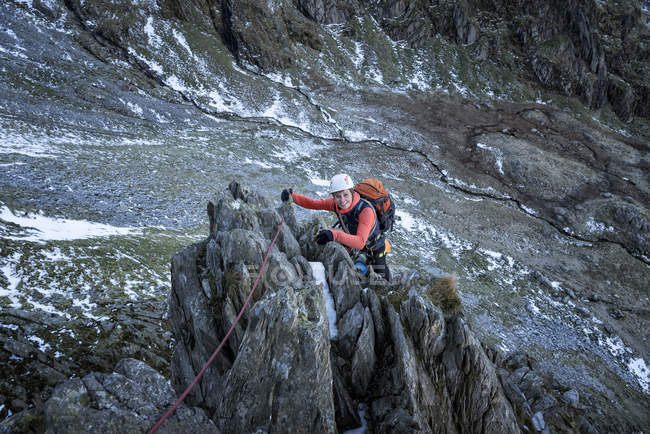 Nepal, Himalayas, Khumbu, Everest region. Portrait of female climber with rope on rocks - foto de stock