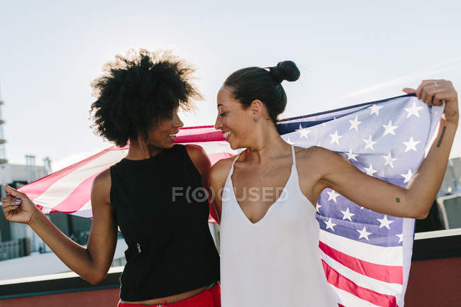 Porträt junger Frauen mit amerikanischer Flagge — Stockfoto