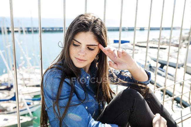 Femme assise sur le pont — Photo de stock