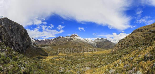 Peru, pitorescas montanhas dos Andes, Parque Nacional Huascaran, paisagem em dia ensolarado — Fotografia de Stock