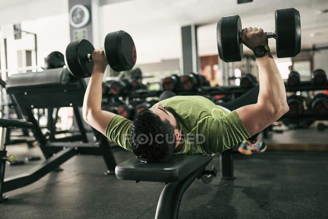 Mann Training Brustmuskel Krafttraining im Fitness-Studio — Stockfoto