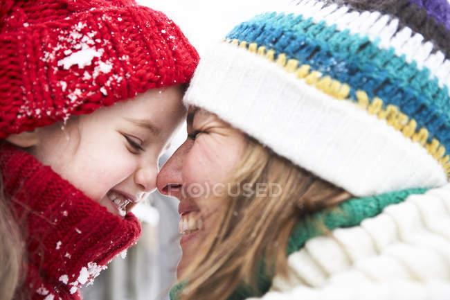 Мати і дочка веселяться взимку — стокове фото