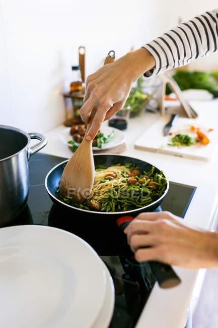 Cozinhar macarrão de vegan mulher — Fotografia de Stock