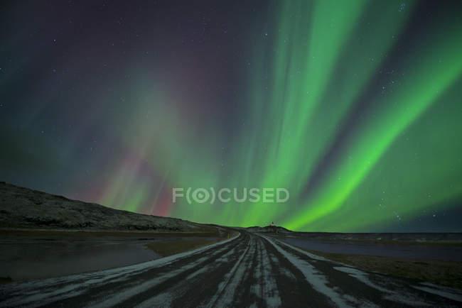 Islandia, Hoefn, auroras boreales sobre las montañas Vesturhorn - foto de stock