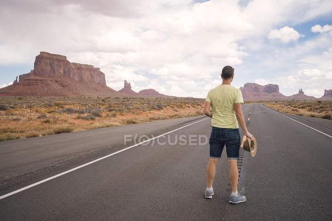 США, Utah, Monument Valley, человек стоит на дороге — стоковое фото
