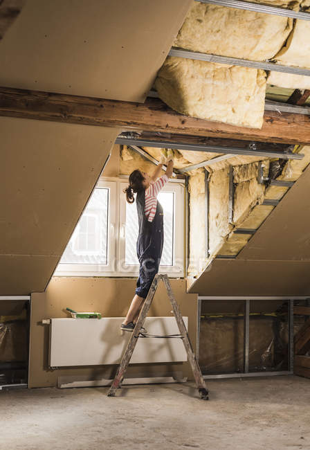 Porträt der jungen Frau Dachboden renovieren — Stockfoto