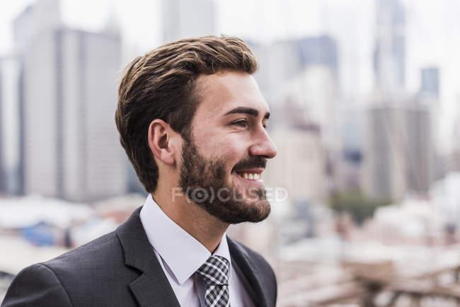 Портрет молодого усміхнений бізнесмен, вид профілю — стокове фото