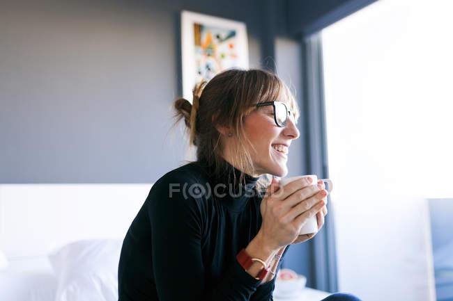 Mulher bebendo xícara de café — Fotografia de Stock