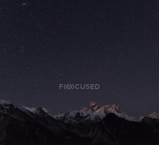 Nepal, Himalaya, Khumbu, Everest region, stars over Everest and Nuptse mountains — Stock Photo