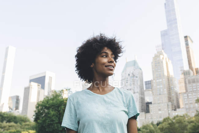 Young attractive african american woman posing at city — Stock Photo