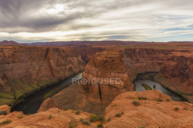 Соединенные Штаты Америки, Arizona, Page, Colorado River, Glen Canyon National Recreation Area, male hiker standing on cliff — стоковое фото