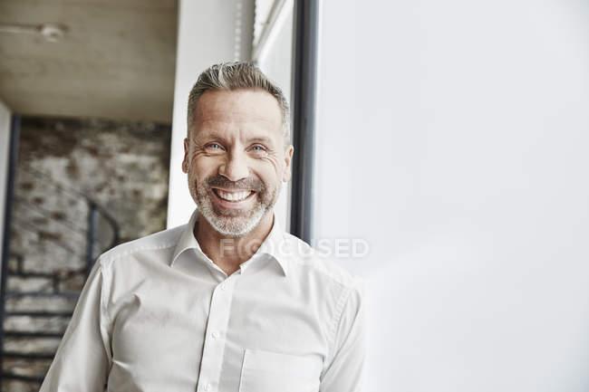 Retrato de empresario confiado - foto de stock