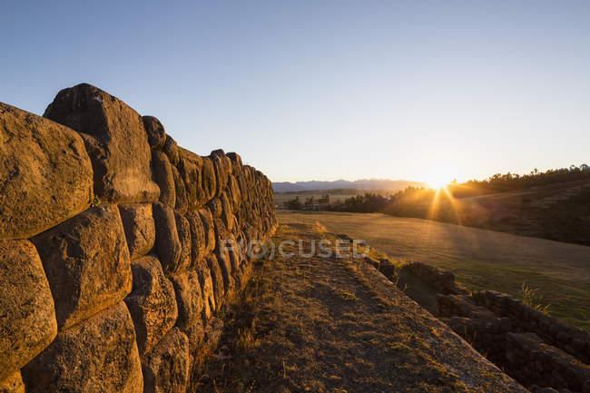 Vieilles encres ruines de temple pendant la journée, Pérou — Photo de stock
