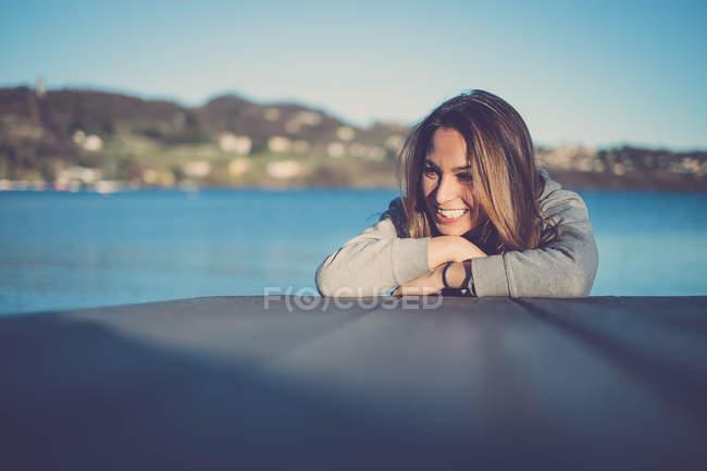 Молодая красивая женщина улыбается портрет — стоковое фото