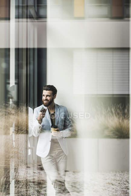 Портрет молодого бизнесмена с помощью смартфона — стоковое фото