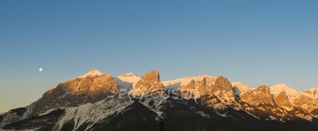 Veduta di rocce con neve durante il giorno, Canada — Foto stock
