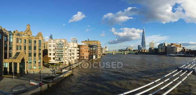 Vue panoramique cityscape coucher de soleil en Angleterre, Londres, par la rivière de thèmes — Photo de stock