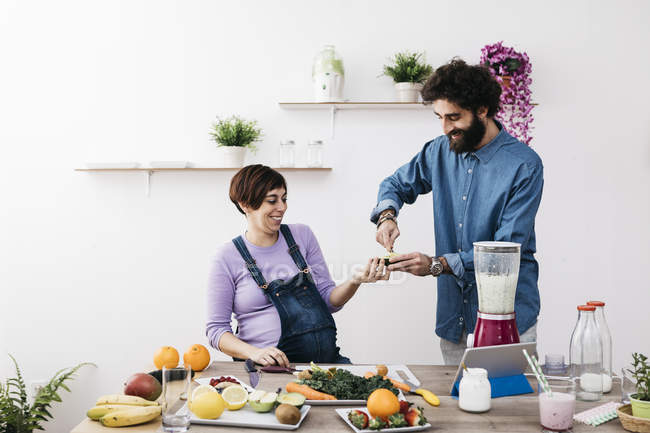 Couple preparing healthy smoothies — Stock Photo