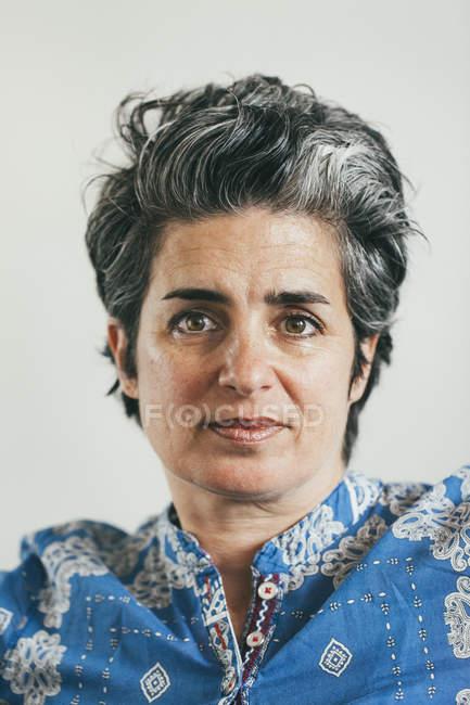 Retrato de mulher madura de raça mista — Fotografia de Stock