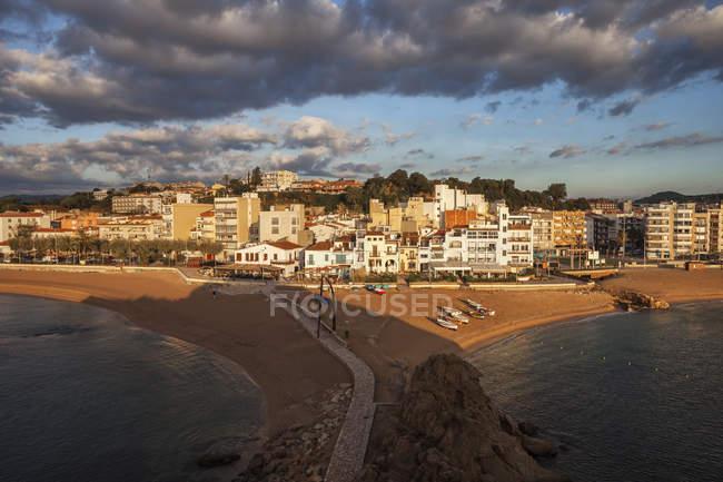 Spain, Catalonia, Blanes beach and skyline at sunrise, resort town on Costa Brava at Mediterranean Sea — Stock Photo