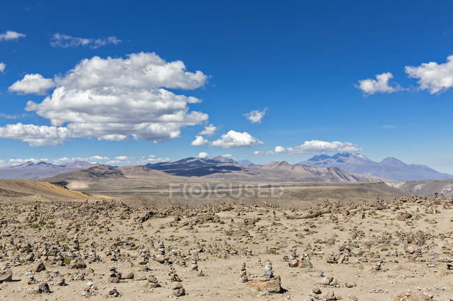 Южная Америка, Перу, Анды, вид Patapampa перевал, Пустынный пейзаж с горный хребет на фоне — стоковое фото
