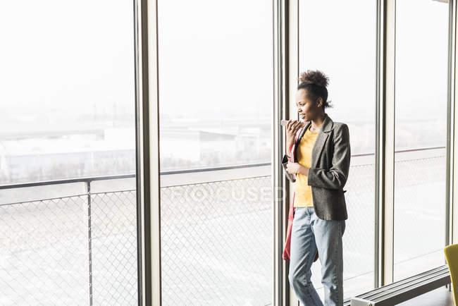 Donna che utilizza smartphone in ufficio — Foto stock