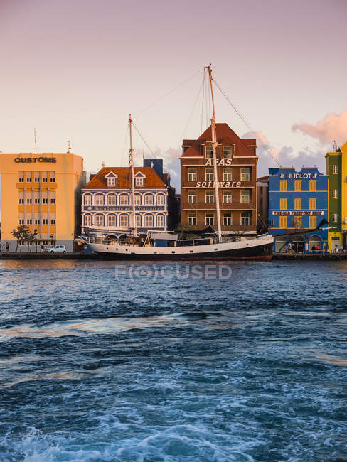 Caribbean, former Netherlands Antilles, Lesser Antilles, Curacao. Willemstad, sailing schooner at the harbor of Willemstadt — Stock Photo