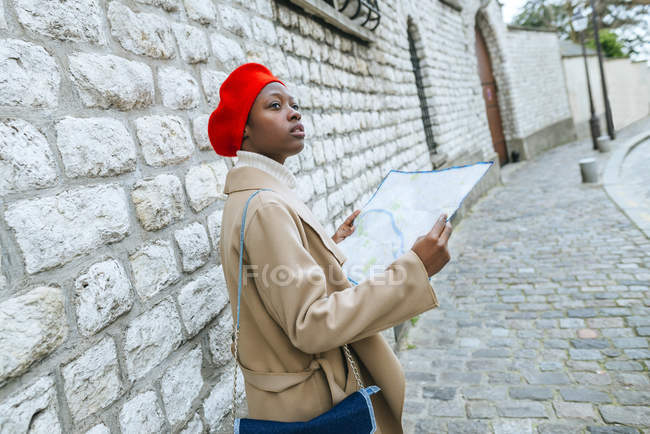 Woman walking with city map — Stock Photo