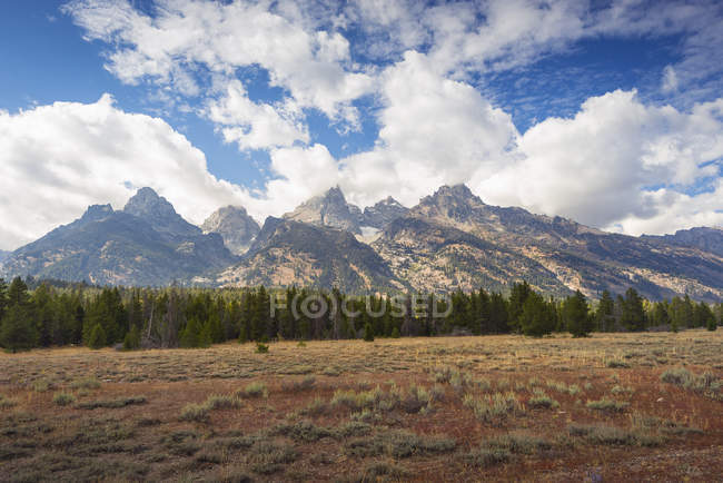 Rocky peaks under clouds during daytime — Stock Photo