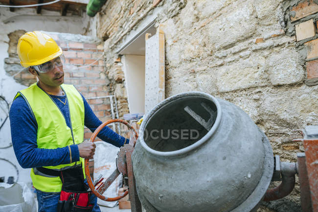 Worker working with a concrete mixer. — Stock Photo