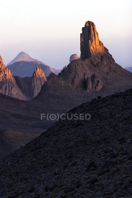 Алжир, Wilaya Tamanrasset, Hoggar гори з вулканічних порід в сутінки — стокове фото