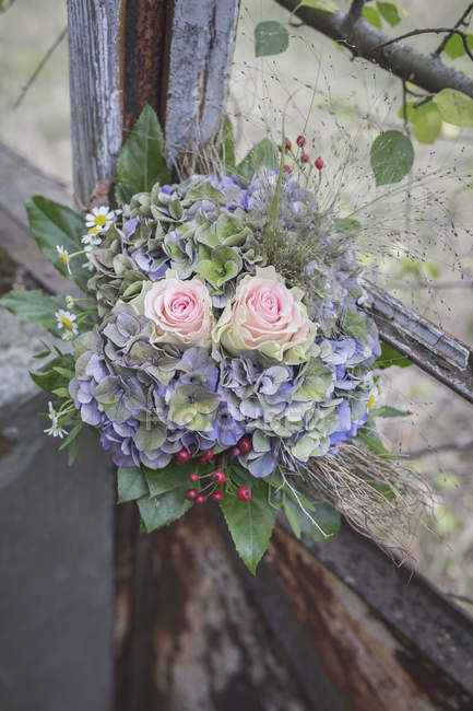 Close-up of elegant bridal bouquet on rusty gate — Stock Photo