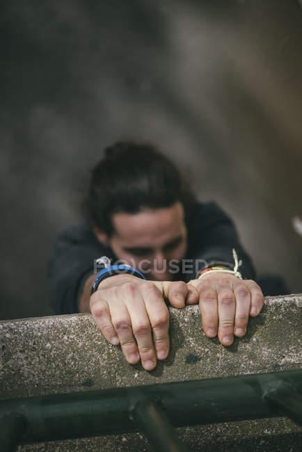 Mãos de jovem fazendo Parkour na cidade — Fotografia de Stock