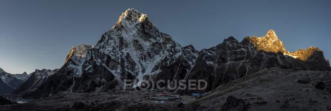 Vista della montagna con cime innevate durante il giorno — Foto stock