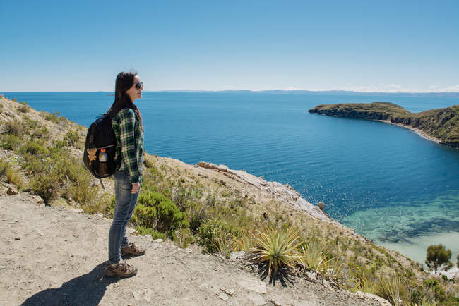 Bolívia, Lago Titicaca, Isla del sol, mulher com mochila desfrutando da vista — Fotografia de Stock