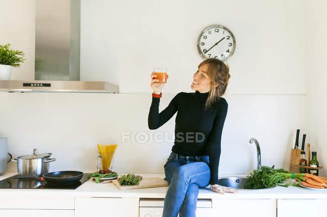 Женщина пьет свежий грейпфрутовый сок — стоковое фото