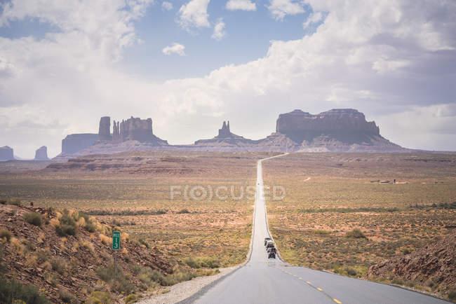 США, Юта, дорога в Долину Монументов с машинами — стоковое фото