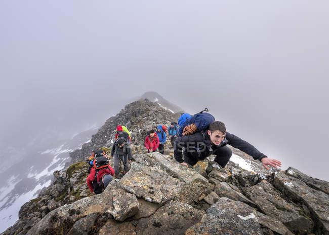 Nepal, Himalayas, Khumbu, Everest region. Trekkers climbing on rocky mountain slope — Stock Photo
