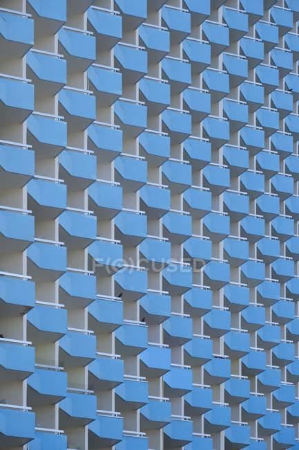 Фасад синего окна с балконами, Испания, Maritim Hotel — стоковое фото