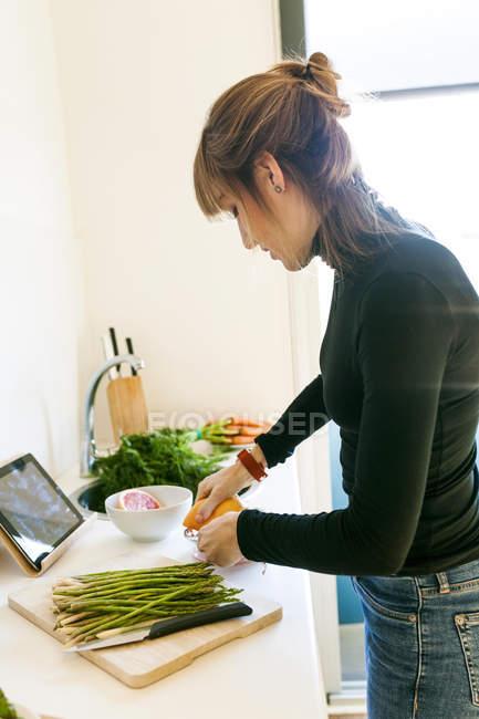 Frau quetschen Grapefruitsaft — Stockfoto